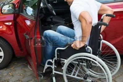 41318153-primer-plano-de-un-hombre-en-sill-n-de-ruedas-para-discapacitados-conseguir-en-su-coche