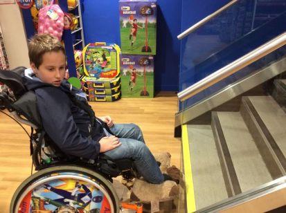Esta-conmovedora-foto-muestra-los-obstáculos-de-un-niño-en-silla-de-ruedas-1